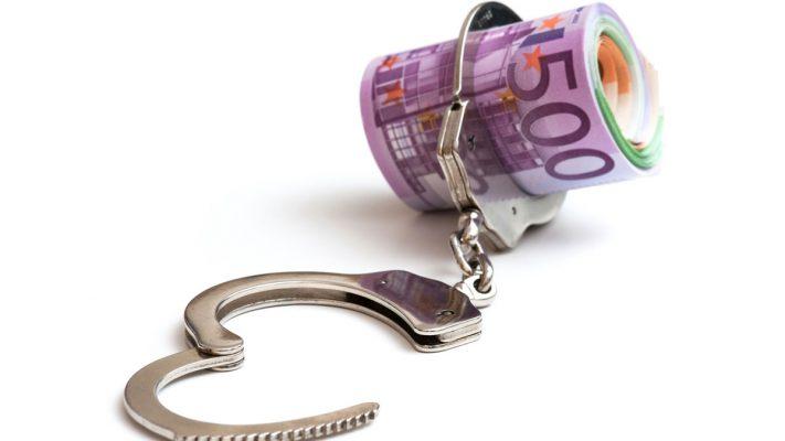 Billetes de euro cogidos con unas esposas
