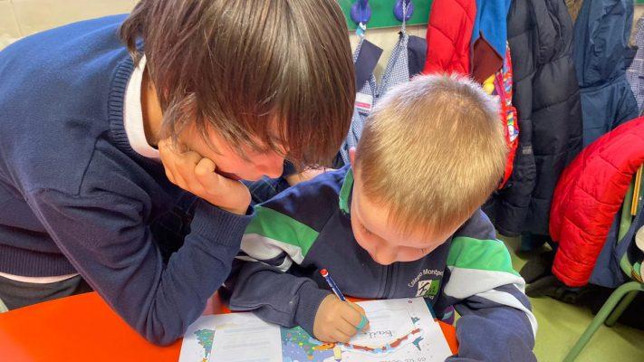 Dos niños en un aula