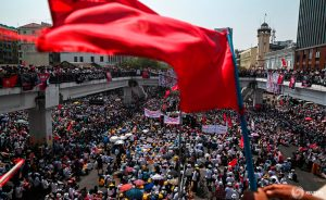Huelga se apodera de Myanmar, manifestantes antigolpistas desafían la advertencia letal de la junta