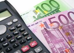 Una calculadora y billetes de euro