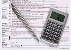 Un documento, un bolígrafo y una calculadora