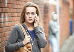 Chica joven intimidada por el móvil