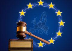 Una maza y en el fondo de la imagen el mapa de europa