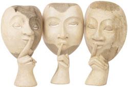 Tres estatuas con el dedo en la boca señalando silencio.