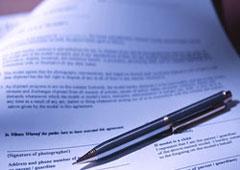 Contrato y bolígrafo