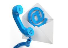 Sobre blanco con un símbolo arroba dentro y un auricular de teléfoo con un cable