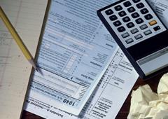 Una calculadora y papeles