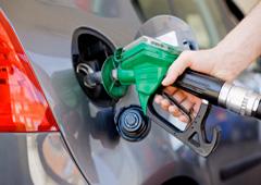 Una persona echando gasolina al coche