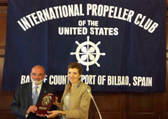 Olga Rivas recibiendo una placa conmemorativa por parte del International Propeller Club del País Vasco.