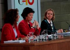 La ministra de Educación y Formación Profesional y portavoz del Gobierno, Isabel Celaá, la ministra de Hacienda, María Jesús Montero, y la ministra de Economía y Empresa, Nadia Calviño, durante la rueda de prensa posterior al Consejo de Ministros.