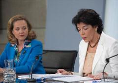 La ministra de Educación y Formación Profesional y portavoz del Gobierno, Isabel Celaá, y la ministra de Economía y Empresa, Nadia Calviño, durante la rueda de prensa posterior al Consejo de Ministros.