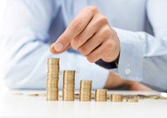 Persona haciendo montoncitos de monedas