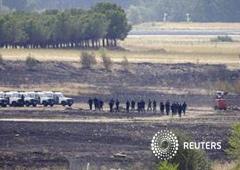 Efectivos de la guardia civil española patrullan por una zona donde se estrelló el avión