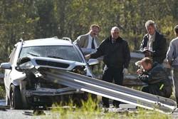 Accidente de coche una carretera contra un quitamiedos