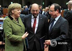 Imagen de la canciller alemana, Angela Merkel (izq.), el presidente del Parlamento Europeo, Martin Schulz (centro) y el presidente francés, François Hollande (dcha.), en el Consejo Europeo en Bruselas el 7 de febrero