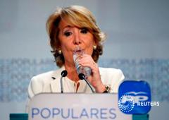 Aguirre bebe agua durante un discurso en la sede del PP en Madrid, el 24 de mayo de 2015