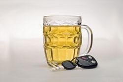 Unas llaves de coche junto a una jarra de cerveza
