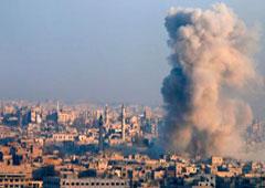 Una columna de humo sale de una zona controlada por el Gobierno sirio en Alepo, el 12 de diciembre de 2016