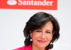 Ana Botin sonriendo al inicio de una rueda de prensa el 7 de junio de 2017 en Madrid