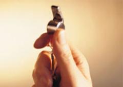 Una mano agarrando un silbato