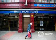 Una mujer pasa ante la entrada de la estación de metro de Russell Square en Londres, el 29 de abril de 2014