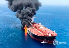 Un buque petrolero tras ser atacado en el Golfo de Omán. Imagen entregada por un tercero el 13 de junio de 2019