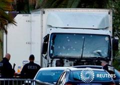 Policías trabajando cerca del camión pesado que arrolló a la multitud en Niza, el 15 de julio de 2016