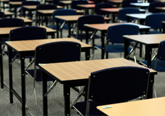 Parte de un aula vacía con las mesas y las sillas