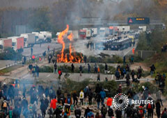 Agentes de policía llegan al lugar donde miembros del grupo de protesta catalán Tsunami Democràtic bloquean la autopista AP-7 en Girona, España, el 13 de noviembre de 2019.