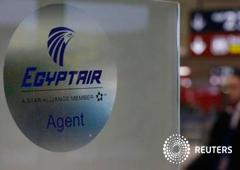 Un hombre pasa junto a un stand de Egyptair del aeropuerto Charles de Gaulle tras la desaparición del vuelo, el 19 de mayo de 2016