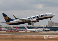 Un avión de Ryanair en un aeropuerto.
