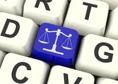 Dibujo de la balanza de la justicia en una tecla de ordenador