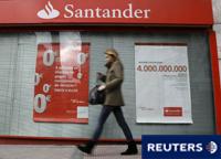 Gente camina en la sede del banco Santande en Boadilla del Monte, cerca de Madrid, España, el 16 de marzo de 2016
