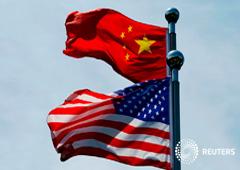 Las banderas de China y Estados Unidos ondean cerca del Bund, antes de que la delegación comercial de Estados Unidos se reúna con sus homólogos chinos para mantener conversaciones en Shangai, China, el 30 de julio de 2019.