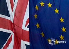 Las banderas británica y de la UE en la Casa de Europa de Londres