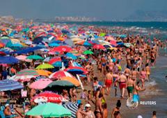 Bañistas en una playa en Gandia, cerca de Valencia, España