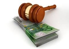 Un mazo y billetes de euro