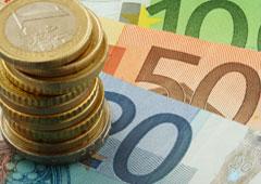 Monedas sobre billetes de euros