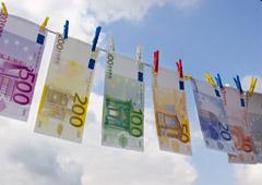 Billetes de euro tendidos