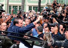 El candidato presidencial brasileño de extrema derecha, Jair Bolsonaro, gesticula ante los medios tras votar en Río de Janeiro, Brasil, Octubre 7, 2018