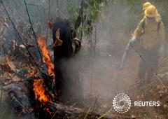 Foto de archivo. Bomberos extinguen fuego en la Amazonia en Porto Velho, Brasil. 25 de agosto de 2019.