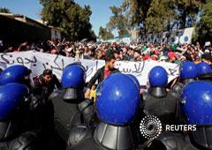 Estudiantes protestan contra el plan de Abdelaziz Bouteflika para extender su mandato de 20 años buscando un quinto término en las elecciones de abril, en una universidad de Argel, Argelia, 3 de marzo de 2019