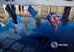 Manifestantes contra el Brexit ondeando banderas de la UE se reflejan a las afueras del Parlamento en Londres, Gran Bretaña, Marzo 28, 2018