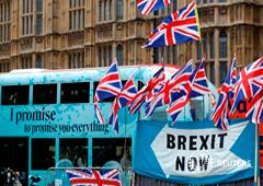Un autobús pasa en medio de una manifestación en favor del Brexit, en Westminster, Londres, Septiembre 30, 2019.