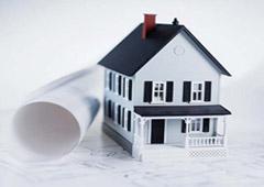 Un plano al lado de una casita en miniatura