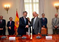El presidente del Tribunal Supremo y del Consejo General del Poder Judicial, Carlos Lesmes, y el presidente del Consejo General de Graduados Sociales de España, Ricardo Gabaldón