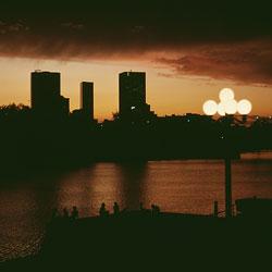 Una ciudad al anochecer vista desde lejos.