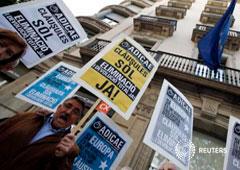 Un hombre protesta contra las cláusulas suelo frente a una oficina de la UE en Barcelona, el 26 de abril de 2016