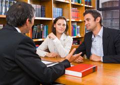 Dos clientes hablando con un abogado