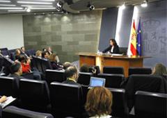 La vicepresidenta del Gobierno en funciones, Soraya Sáenz de Santamaría, durante la rueda de prensa posterior al Cosejo de Ministros.